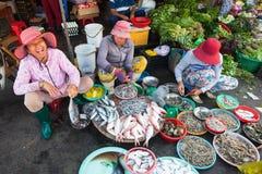 Le donne stanno vendendo i frutti di mare al mercato bagnato immagini stock libere da diritti