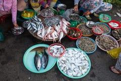 Le donne stanno vendendo i frutti di mare al mercato bagnato fotografia stock libera da diritti