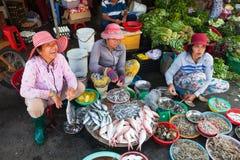 Le donne stanno vendendo i frutti di mare al mercato bagnato fotografie stock