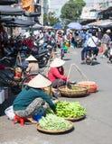Le donne stanno vendendo i verdi alla via del mercato fotografia stock libera da diritti