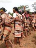 Le donne tribali collegano le braccia Immagine Stock