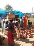 Le donne tribali comprano i POT di argilla Immagini Stock