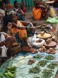 Le donne tribali vendono le verdure Immagini Stock Libere da Diritti