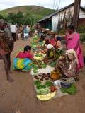 Le donne tribali vendono le verdure Immagini Stock