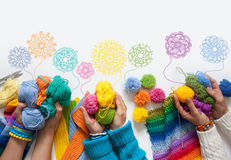 Le donne tricottano e lavorano all'uncinetto il tessuto colorato Vista da sopra Fotografia Stock