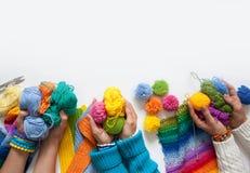 Le donne tricottano e lavorano all'uncinetto il tessuto colorato Vista da sopra Immagine Stock