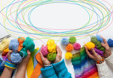 Le donne tricottano e lavorano all'uncinetto il tessuto colorato Vista da sopra Immagine Stock Libera da Diritti