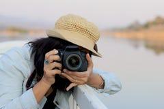 Le donne turistiche asiatiche prendono una foto Immagine Stock Libera da Diritti