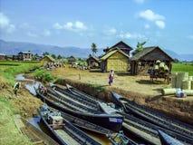 Le donne vendono la legna da ardere al mercato dell'isola nel lago Inle Fotografia Stock Libera da Diritti