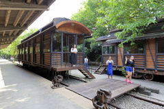 Le donne visitano la vecchia piattaforma ferroviaria in parco creativo redtory, città di Guangzhou, porcellana Fotografie Stock