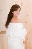 Le dos de femme détendent dedans le sauna ou le massage photos stock