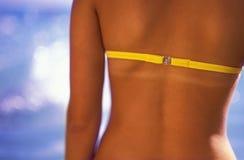 Le dos de la fille avec la ligne tan Photos stock
