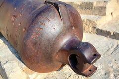 Le dos du canon médiéval dans le château Santa Barbara, Alicante Espagne Plan rapproché Photos stock