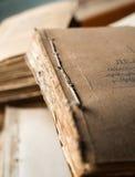 Le dossier avec de vieux documents sur papier dans les archives Photos stock