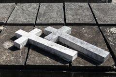 Le double béton croise plus de la tombe dans la bénédiction annuelle des tombes à la province de Ratchaburi, Thaïlande Photographie stock libre de droits
