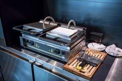 Le double-fourneau électrique a actionné le fabricant de gaufre pour le servin de petit déjeuner photographie stock libre de droits