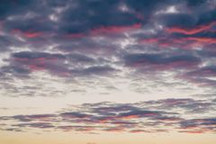 Le doux a brouillé de beaux nuages colorés de coucher du soleil, de jaune, roses et pourpres, égalisant le ciel Fond naturel Photos libres de droits