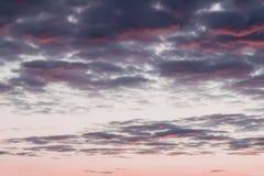 Le doux a brouillé la vue scénique de beaux nuages de coucher du soleil, roses et pourpres, égalisant le ciel Fond naturel avec d Photo stock