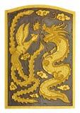 Le dragon et le cygne ont découpé le modèle sur la texture en bois Image libre de droits