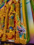 Le dragon ou le naga thaïlandais a peint le stuc dans l'église de la Thaïlande Photographie stock
