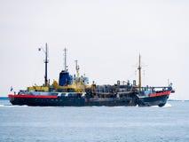 Le dragueur de remorquage de trémie d'aspiration embarquent presque le déchargement à la Mer du Nord Photographie stock libre de droits