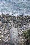 Le drain de l'eau mène à Rocky Ocean Beach Photo stock