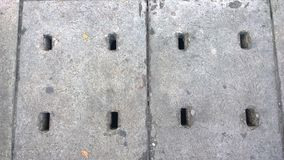 Le drain sanitaire d'égout dans la rue Photo stock