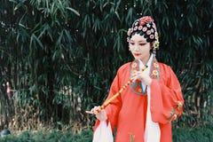 Le drame traditionnel de la Chine de femme d'Aisa de Pékin Pékin d'opéra de costumes de jardin chinois de robe exécutent les inst photos stock