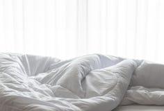 Le drap de matelas, couette et oreiller, a sali pendant le matin photographie stock libre de droits