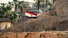 Le drapeau égyptien est installé dans la station de vacances clips vidéos