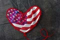 Le drapeau américain, comme un ballon en forme de coeur photo libre de droits