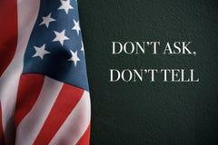 Le drapeau américain et le texte ne demandent pas ne le disent pas Images libres de droits