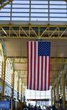 Le drapeau américain pend du plafond chez Ronald Reagan Washington Photographie stock libre de droits