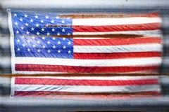 Le drapeau américain rustique tient le premier rôle le fond de rayures Images libres de droits
