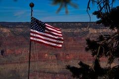 Le drapeau américain vole au-dessus de Grand Canyon Photographie stock libre de droits