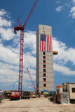 Le drapeau américain énorme orne des bâtiments en construction le long de Har Photographie stock libre de droits