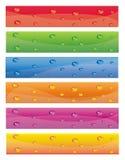 Le drapeau coloré a placé avec des baisses de l'eau sur elles Image libre de droits
