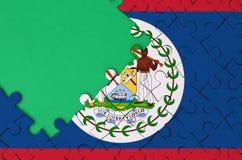 Le drapeau de Belize est dépeint sur un puzzle denteux réalisé avec l'espace vert gratuit de copie du côté gauche illustration de vecteur