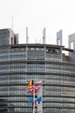 Le drapeau de drapeaux et de Frances d'Union européenne vole au mi-mât Image stock