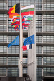 Le drapeau de drapeaux et de Frances d'Union européenne vole au mi-mât Images stock