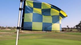 Le drapeau de golf vole banque de vidéos