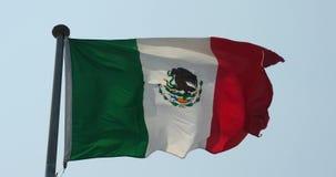 le drapeau de 4k Mexique flotte en vent banque de vidéos