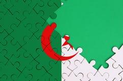 Le drapeau de l'Algérie est dépeint sur un puzzle denteux réalisé avec l'espace vert gratuit de copie du côté droit illustration de vecteur
