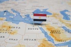 Le drapeau de l'Egypte dans la carte du monde images libres de droits