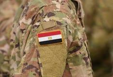 Le drapeau de l'Egypte sur des soldats arment le collage photographie stock