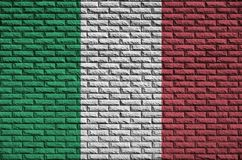 Le drapeau de l'Italie est peint sur un vieux mur de briques illustration stock
