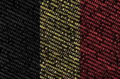 Le drapeau de la Belgique est dépeint sur l'écran avec le code de programme Le concept de la technologie et du développement de s image stock