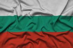 Le drapeau de la Bulgarie est dépeint sur un tissu de tissu de sports avec beaucoup de plis Bannière d'équipe de sport image libre de droits