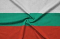 Le drapeau de la Bulgarie est dépeint sur un tissu de tissu de sports avec beaucoup de plis Bannière d'équipe de sport photographie stock