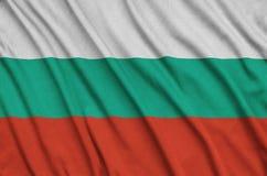 Le drapeau de la Bulgarie est dépeint sur un tissu de tissu de sports avec beaucoup de plis Bannière d'équipe de sport photos stock